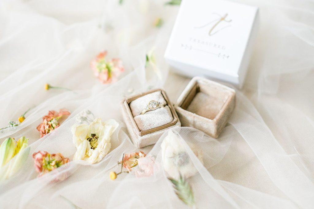 Hochzeitsinspiration Burg Wertheim Ringbox aus samt von Melanie Sharma