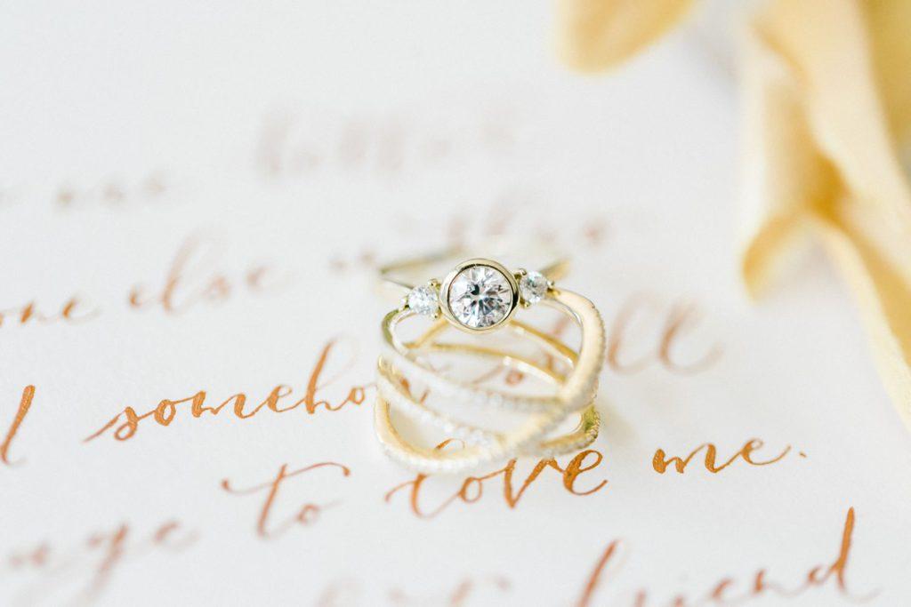 sommerliche Hochzeitsinspiration auf Burg Wertheim goldener Ehering Verlobungsring