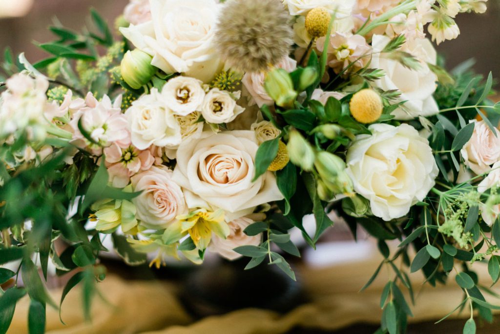 sommerliche Hochzeitsinspiration auf Burg Wertheim Hochzeit Tischdekoration mit vintage Mobiliar und Blumen von Olivier floral design