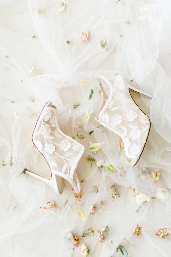 Hochzeitsinspiration Burg Wertheim Brautpaarschuhe von Nina veröffentlicht bei Hochzeitswahn