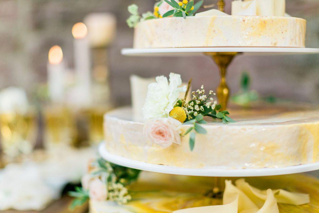 Hochzeitsinspiration Burg Wertheim Hochzeitstorte mit gold und blumen
