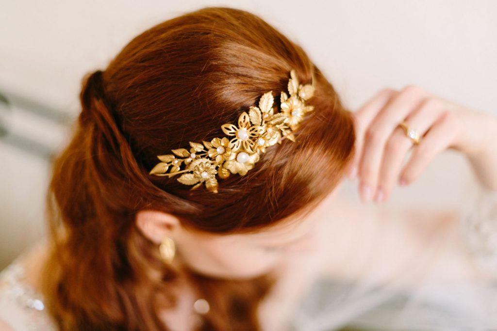 sinnliches Braut Boudoir portrait Foto mit goldenem Kopfschmuck für die Braut von Mignonne handmade