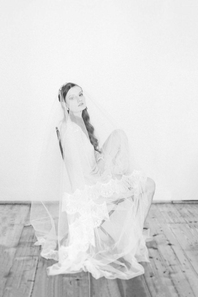 sinnliches Braut Boudoir portrait Foto mit goldenem Kopfschmuck