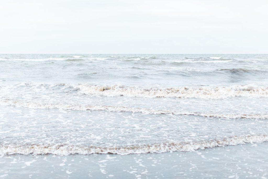 Hochzeitsreportage Hiddensee bei Rügen zeitlos romantisch Brautpaar portraits am strand