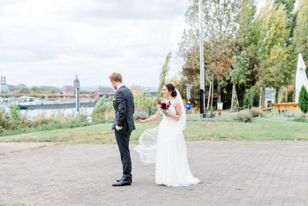 Hochzeitsreportage elegante Hochzeit in Mainz Braut und Bräutigam First Look am Rhein