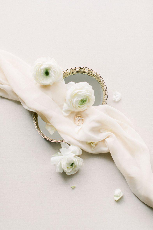 goldene Eheringe mit Blumen Fine Art Hochzeitsfotografie