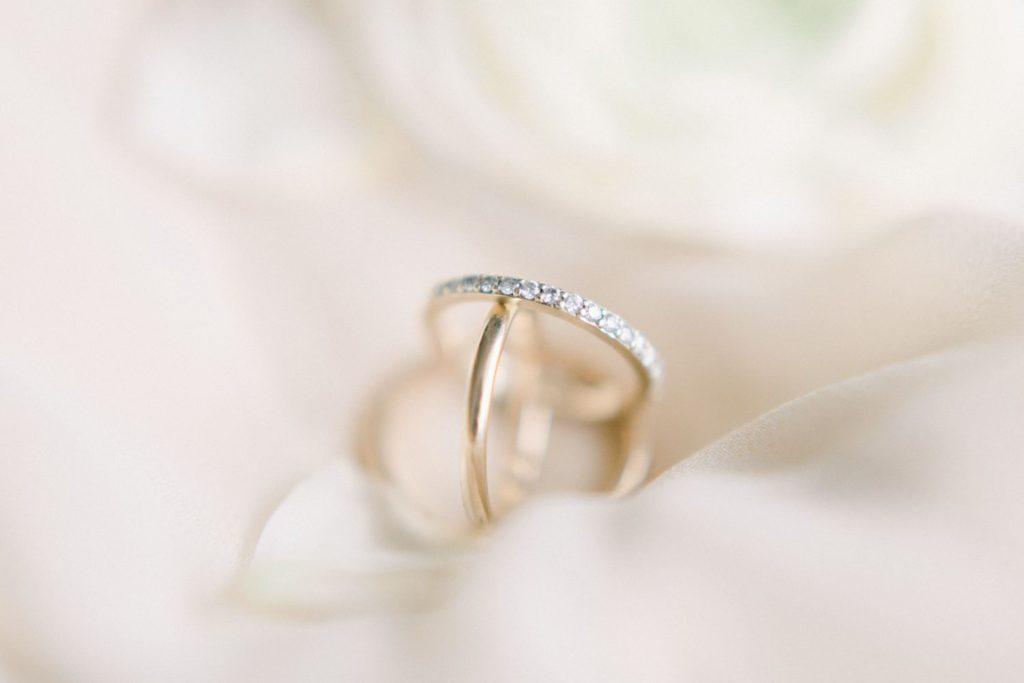 goldene Eheringe Fine Art Hochzeitsfotografie