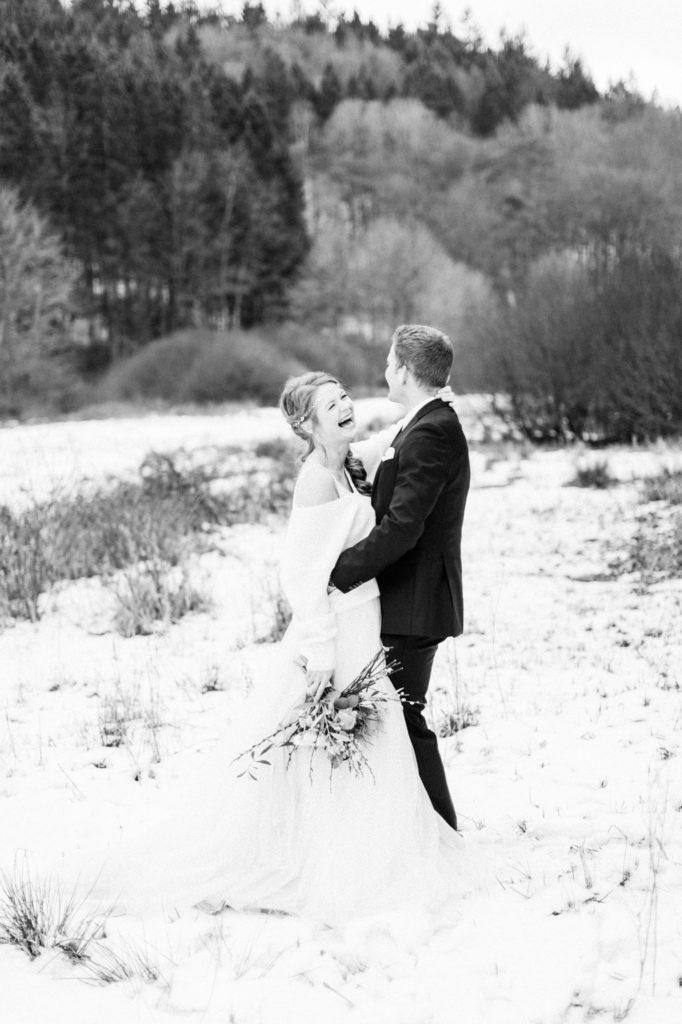 lachendes Brautpaar schwarz-weiss Foto Fine Art Hochzeitsfotografie