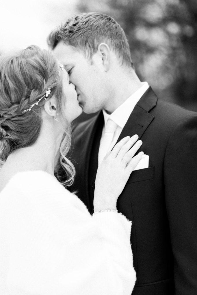 küssendes Brautpaar schwarz-weiss Foto Fine Art Hochzeitsfotografie