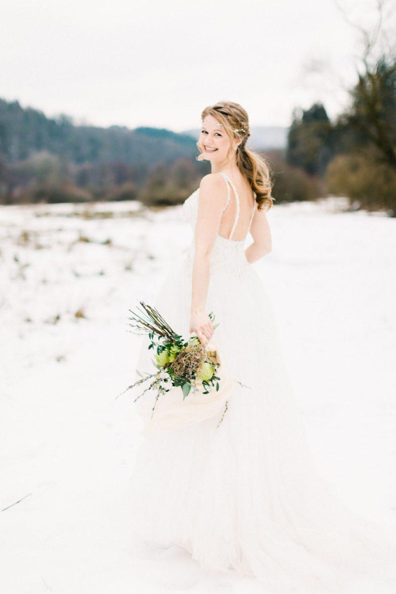 Portrait Braut im Winter mit Kopfschmuck