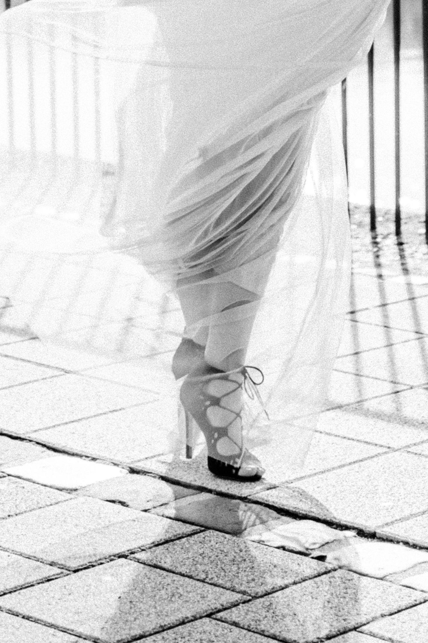 Brautjunger mit Abendkleid aus Tüll und geschnürten Pumps