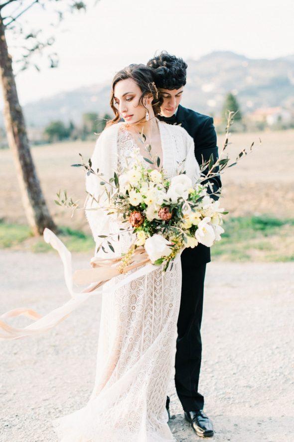 Hochzeit in der Toskana, Heiraten in Italien, Fine Art Hochzeitsfotograf Toskana, Ewigmein Fine Art Wedding Photography, Brautpaarshooting, Seidenband, Brautkleid Willow by Watters