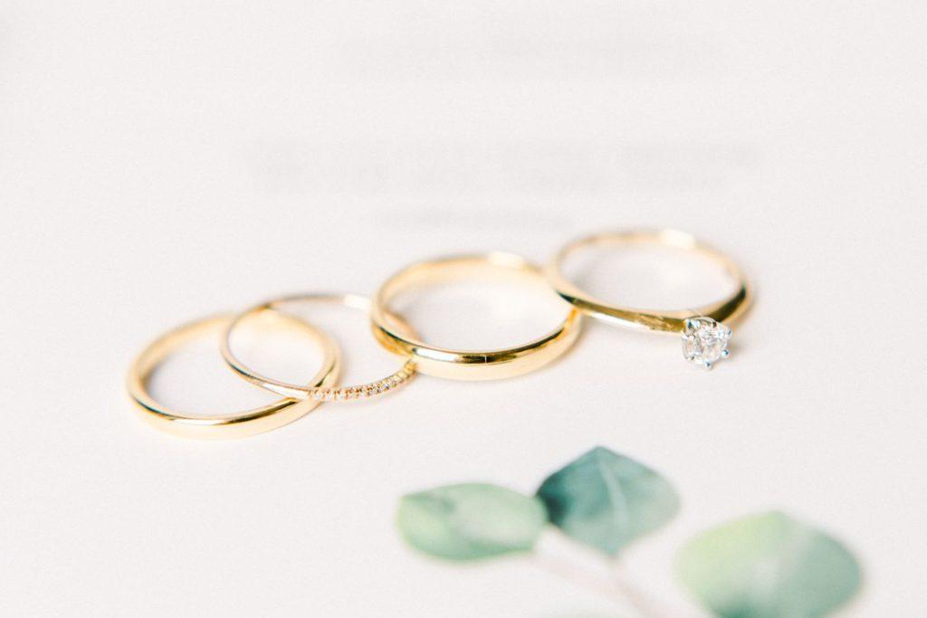 Goldene Eheringe Verlobungsring Fine Art Hochzeitsfotografie