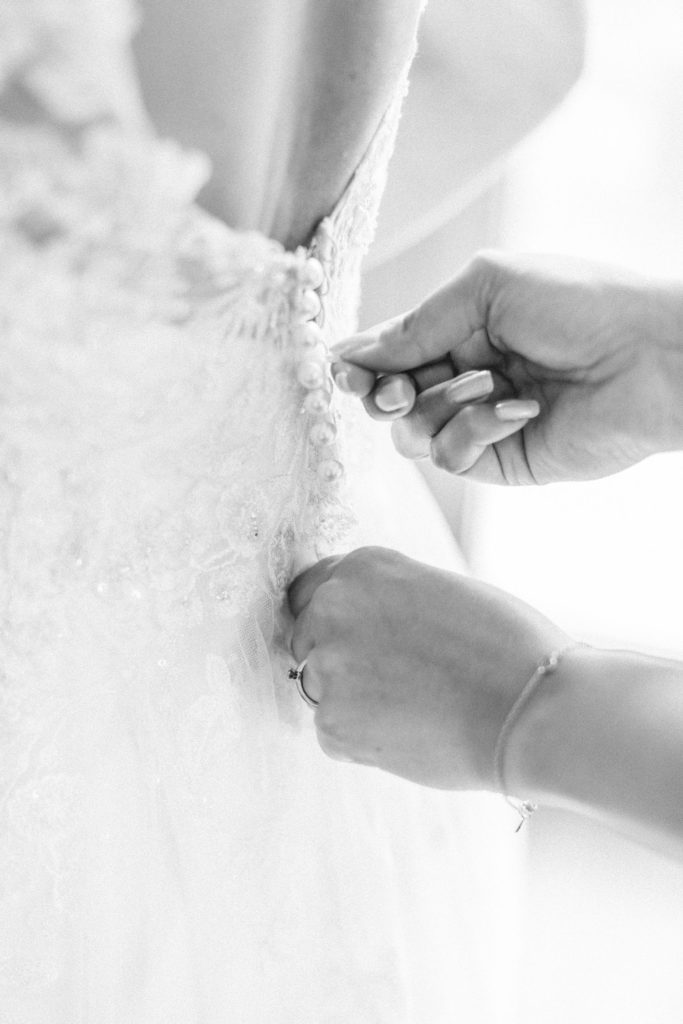 Fine Art Hochzeitsfotografie Fine Art Wedding photography Brautkleid Getting ready Trauzeugin