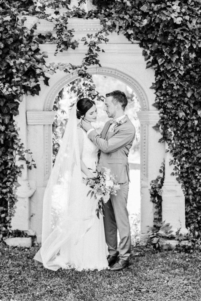 Fine Art Hochzeitsfotografie, Maria Bildhausen Hochzeit, Brautkleid Rembo Styling, Wasserschloss Kleinbardorf, Brautpaarshooting, modern zeitlos Hochzeit Fine Art Wedding Photography,