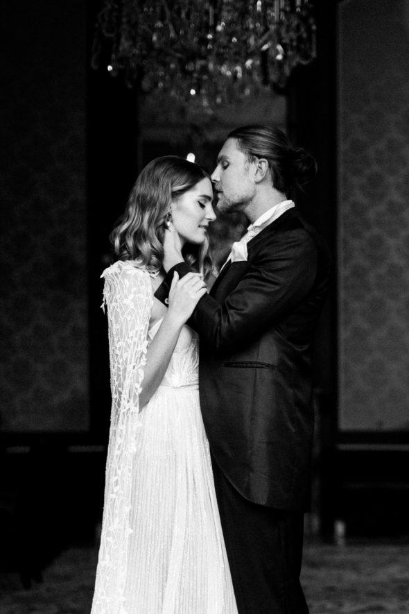 Hochzeit Schlosshotel Kronberg Frankfurt Daalarna Brautkleid Jimmy choo Hochzeitskleid mit Cape luxury wedding