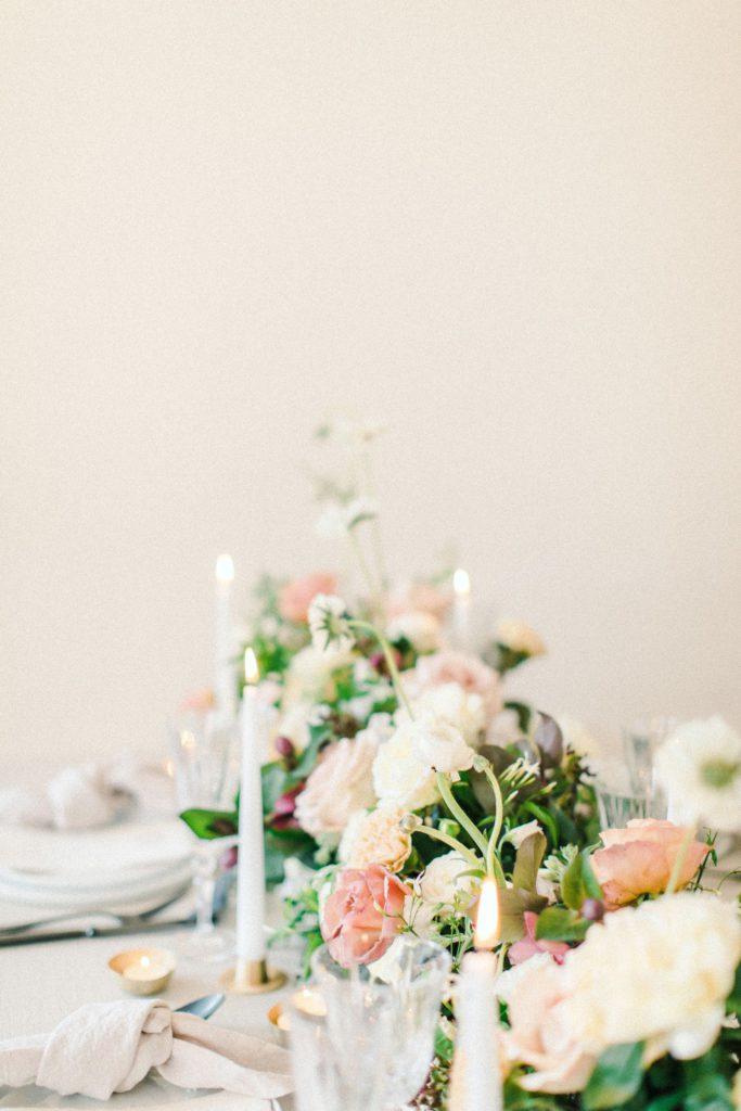 Ewigmein Fine Art Hochzeitsfotografie Hochzeit Tischdekoration Kerzen Rosen Pastell modern