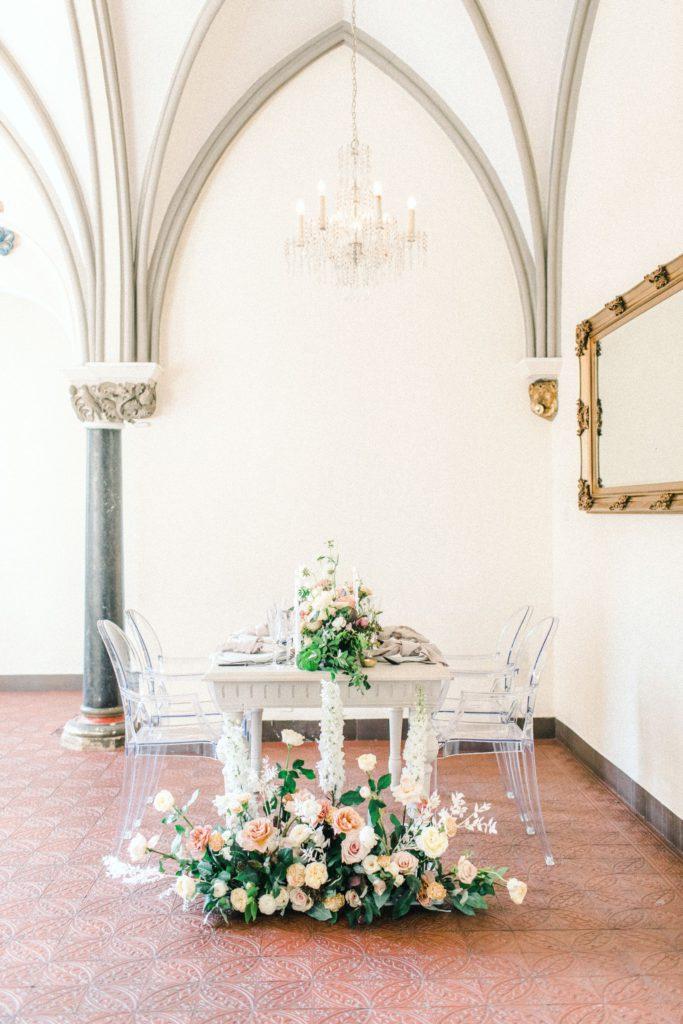 Ewigmein Fine Art Hochzeitsfotografie Hochzeit Schlosshochzeit Dekor Tischdekoration Pastell Rosen ghoststühle
