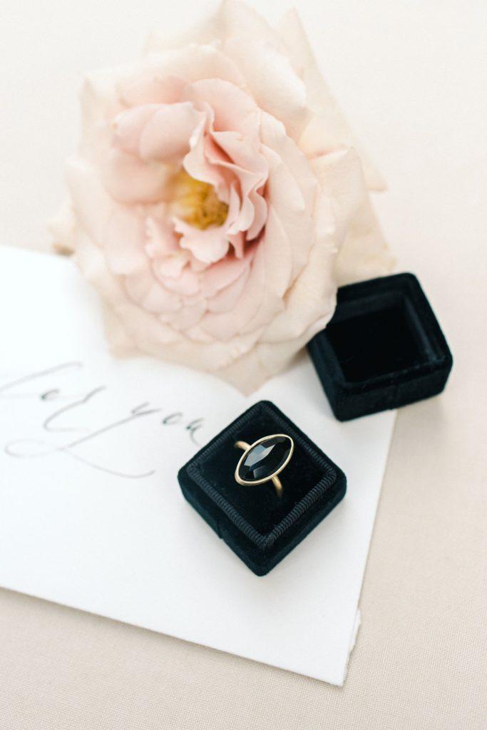 Ewigmein Fine Art Hochzeitsfotografie schwarze Samtbox Ringbox goldener Verlobungsring mit onyxstein