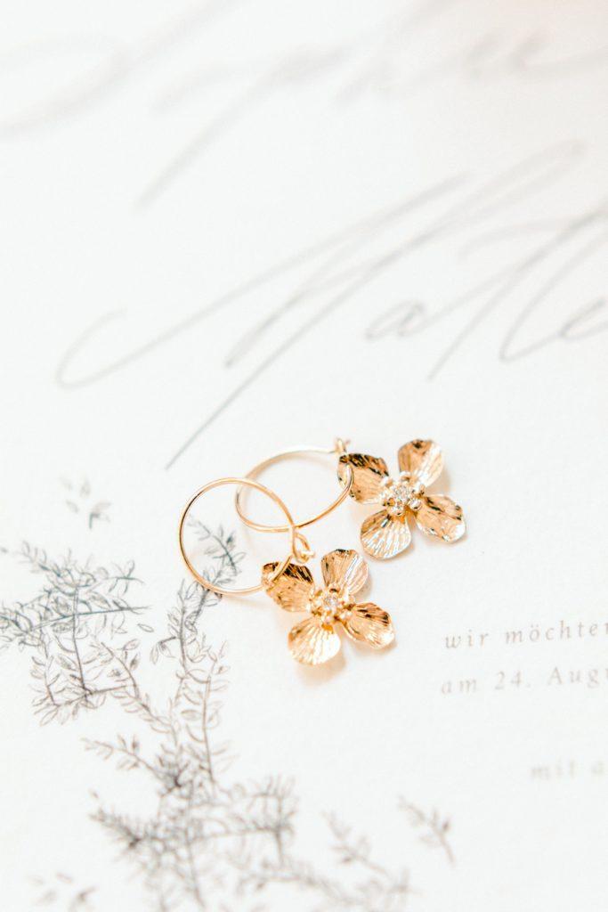Ewigmein Fine Art Hochzeitsfotografie goldene Ohrringe Brautschmuck