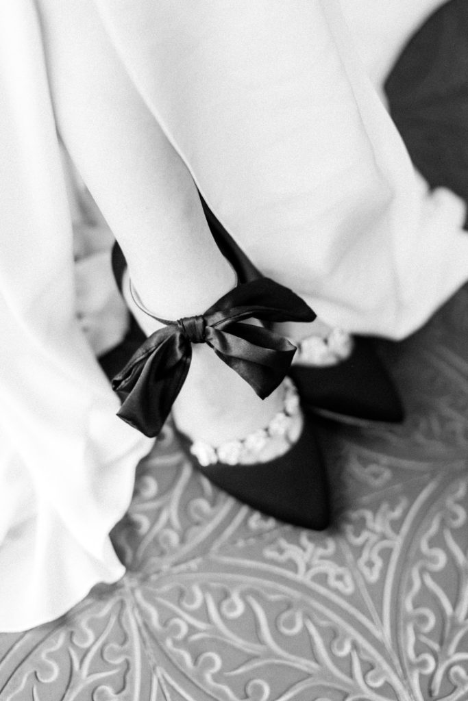 Ewigmein Fine Art Hochzeitsfotografie Hochzeit Bella Belle Shoes schwarze Brautschuhe mit Schleife