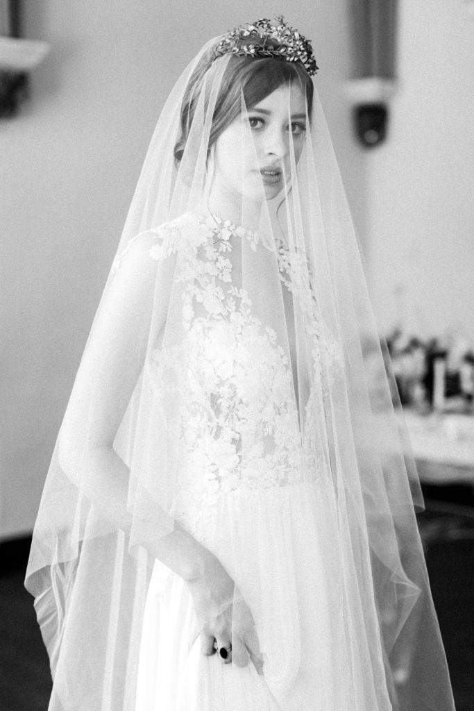 Ewigmein Fine Art Hochzeitsfotografie Hochzeit Daalarna Couture Brautkleid Brautschleier goldene Brautkrone braut portrait stilvoll modern zeitlos schlosshochzeit