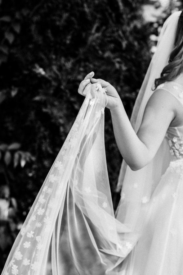 Braut im kaviar gauche hochzeitskleid mit Schleier am Tegernsee